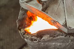Nach dem Gießen des Metallschöpflöffels Stockfoto