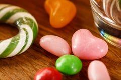 Nach dem Zufall zerstreute Süßigkeit auf dem Tisch Nahaufnahme Helle Abbildung Lizenzfreie Stockfotografie
