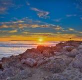 Nach den Felsen zur verblassenden Sonne Stockfoto