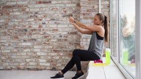 Nach der Ausbildung Schönheit nimmt selfie stock footage