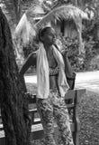 Nach der Ausbildung Sportfrau in den Tropen wirft Trinkwasser mit dem Tuch auf, das stilvolle Sportkleidung trägt Kata Strand Lizenzfreie Stockbilder