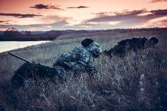 Nach der Jagd des Tages stehen Sie auf dem ländlichen Gebiet bei Sonnenuntergang still Lizenzfreie Stockfotografie