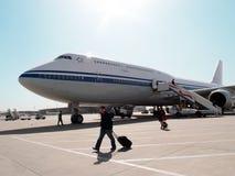 Nach der Landung in Peking-Porzellan Passagiere steigen Flugzeug aus dem Flugzeug Lizenzfreie Stockbilder
