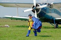 Nach der Landung Skydiver trägt einen Fallschirm Stockfotos