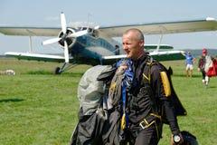 Nach der Landung Skydiver trägt einen Fallschirm Lizenzfreie Stockbilder