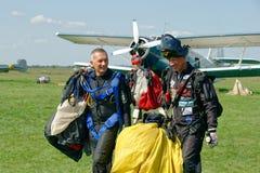 Nach der Landung Skydiver trägt einen Fallschirm Stockfotografie