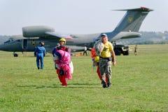Nach der Landung Skydivers trägt einen Fallschirm Stockfotos