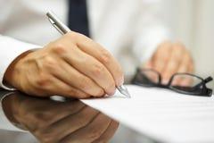 Nach einem Bericht des Kaufvertrags beendete der Geschäftsmann Abkommen Lizenzfreie Stockfotografie