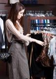 Nach einem perfekten Stoff suchen, der auf Mode ist Lizenzfreie Stockfotografie