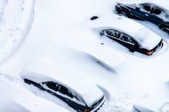 Nach einem Schneesturm werden Autos im Parkplatz mit einem Th bedeckt Lizenzfreies Stockbild