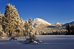 Nach einem Winterschneesturm Lassen-Spitze, vulkanischer Nationalpark Lassens lizenzfreie stockfotografie