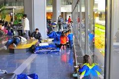 Nach Erdbeben - Leute am Narita-Flughafen Stockfotos