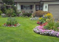 Nach Hause Manicured und Garten Lizenzfreie Stockfotos