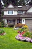 Nach Hause Manicured und Garten Lizenzfreie Stockbilder