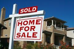 Nach Hause verkauft für Verkaufs-Zeichen Lizenzfreie Stockfotografie