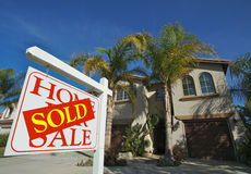 Nach Hause verkauft für Verkaufs-Zeichen u. Haus Lizenzfreies Stockfoto