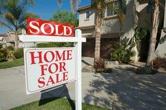 Nach Hause verkauft für Verkaufs-Zeichen u. Haus Stockbild