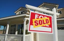 Nach Hause verkauft für Verkaufs-Zeichen u. neues Haus Lizenzfreies Stockbild