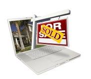 Nach Hause verkauft für Verkaufs-Zeichen u. neues Haus auf Laptop stockbild