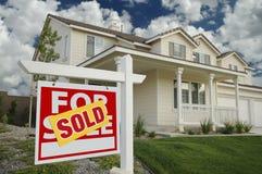 Nach Hause verkauft für Verkaufs-Zeichen und Haus Stockbild