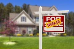 Nach Hause verkauft für Verkaufs-Zeichen vor neuem Haus lizenzfreies stockfoto