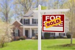 Nach Hause verkauft für Verkaufs-Zeichen vor neuem Haus lizenzfreie stockbilder
