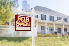 Nach Hause verkauft für Verkaufs-Zeichen vor neuem Haus Stockbild