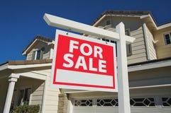 Nach Hause verkauft für Verkaufs-Zeichen u. neues Haus Stockbild