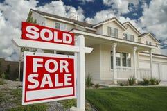 Nach Hause verkauft für Verkaufs-Zeichen u. neues Haus Lizenzfreie Stockbilder