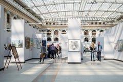 Nach innen von der Ausstellungshalle von Moskau Gostiny Dvor stockfoto