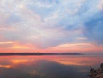 Nach Regensonnenuntergang wird Himmel im ruhigen Fluss reflektiert Lizenzfreie Stockfotografie