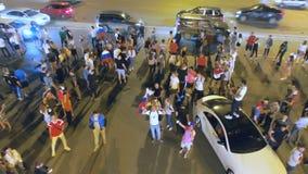 Nach Sieg von Russland auf Fußball, freuen sich Leute und bewegen zu camra Hubschrauber wellenartig stock video footage