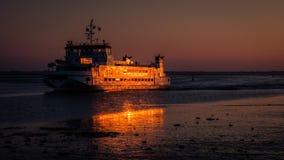 Nach Sonnenuntergang kommt die Fähre im Hafen von Schiermonnikoog an Lizenzfreies Stockbild