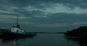 Nach Sonnenuntergang in Västerås-Hafen und altes Boot und Leute, die sich weit in entspannen stock video footage
