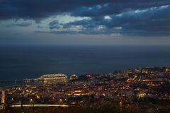 Nach Sonnenuntergangpanoramablick nach Funchal mit Atlantik und Kreuzschiff, Madeira stockfotografie