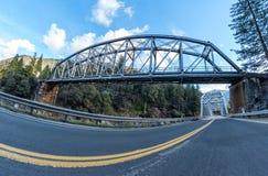 Nach Westen gehend auf Landstraße 70 an den Tobin-Zwillings-Brücken Stockbilder