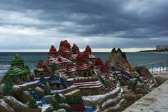 Nachahmung von einer Berglandschaft vom Sand auf einem Stadtstrand Badekurort Lizenzfreie Stockbilder