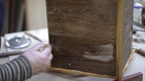 Nacharbeiten der Holzkiste mit farblosem Lack im Kenntnis des Waldes-Studio stock video