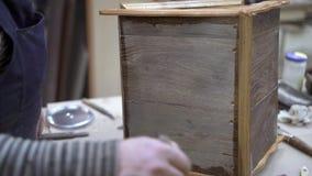 Nacharbeiten des Holzm?bels mit farblosem Lack im Kenntnis des Waldes-Studio stock video footage