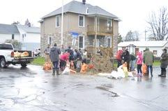 Nachbarn und Bewohner, die arbeiten, um Sandsäcke zu füllen Stockbild