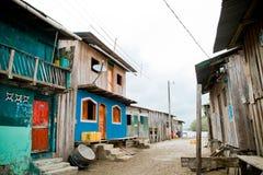 Nachbarschaft der Dritten Welt mit bunten Häusern Stockbild