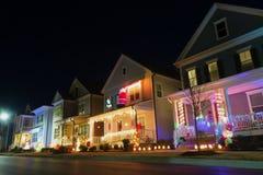 Nachbarschaftsstraße mit Weihnachtsdekoration und -lichtern lizenzfreie stockfotos