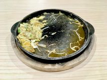 Nachdem angebratene Auster mit Sojabohnensprosse gegessen worden ist stockfotografie