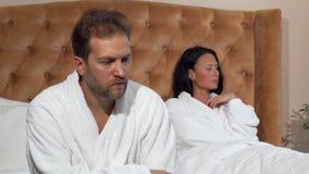 Nachdem dem Streiten verheiratete reife Paare, die separatedly, sprechend nicht sitzen stock video