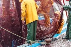 Nachdem dem Zurückbringen von den Seefischern, die Netze leeren stockfotos