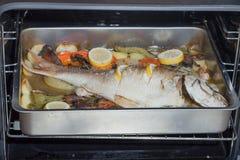 Nachdem einige Minuten im Ofen der Pagrus bereits Koch gewesen ist Lizenzfreie Stockfotos
