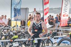 Nachdem sie das Wasser herausgenommen haben, nehmen Athleten ihr laufendes Fahrrad Lizenzfreies Stockfoto