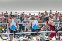 Nachdem sie das Wasser herausgenommen haben, nehmen Athleten ihr laufendes Fahrrad Stockfoto