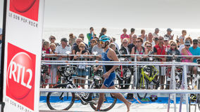 Nachdem sie das Wasser herausgenommen haben, nehmen Athleten ihr laufendes Fahrrad Lizenzfreie Stockfotografie