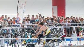 Nachdem sie das Wasser herausgenommen haben, nehmen Athleten ihr laufendes Fahrrad Stockbilder